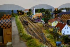 Dvojice snímků dokumentující klid ve stanici Loket a místní zálohu 743.004. Kdo zná stanici Loket tak moc dobře ví, že obsluha si klidu tolik neužije.