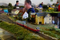Tojice snímků dokumentující křižování dvou osobních vlaků v Lokti.