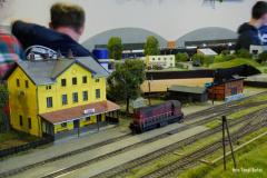 Staniční záloha vyčkává na příjezd manipulačního vlaku. Kadaň a 721.163.