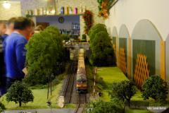 Opět turnusové dvojče 751.053+050 v čele druhé soupravy Pn vlaků jezdích podle potřeby. Na snímku právě opouští výchozí skrytou stanici Hrochův Týnec.
