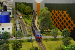 Pn 69342 v čele se sólo strojem 751.049 projíždí zastávku Vrkočice. V pozadí je vidět berta 001 nasazená na obraty manipulačních vlaků obsluhující vlečku Vrkočice.