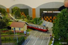Motorový osobní vlak přijíždí od Lokte do Chrudimi
