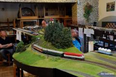 MOs 25042 opouští výchozí stanici Bítovany a opět jako náhrada velké mašiny a dvou vozů místo motorového vozu s vlekem.