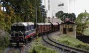 T458.121 opouští s manipulačním vlakem stanici Židov.