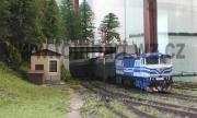 Bardota 749 214-3 vjíždí s osobním vlakem po namáhavém stoupání do Kaplice.