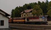Dvojče zamračených 751 038-1 + 751 374-0 s uhelným vlakem projíždí Kaplicí.