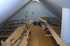 Pohled od stanice ke schodům do pokoje (teda pracovny).