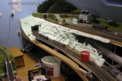 Prostor mezi dvoukolejkou a horní stanicí vyplnilo pletivo a montážní pěna. Usazen portál tunelu a přípravy osazení sádrových odlitků skal.