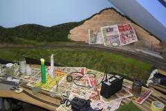 základ do lesa. Nahoře podél horní trati nebude les až úplně ke kolejím. Taková nějaká uzounká louka.
