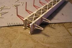 ...další fáze nalepování vnějších a vnitřních konzol. Na vnějších konzolách jsou z obou stran naznačeny nýty. Vnitřní konzoly jsou z prostého kartonu a slouží hlavně pro osazení podélníků a zákrytových plechů.