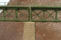 Detail středového pilíře a uložení. Je patrný i náznak patiny.
