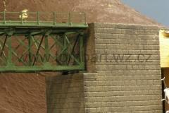 Detail krajního pilíře a uložení. Je patrný i náznak patiny.