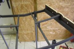 Na boky modulu jsou připevněny čela Fremo F96. Do otvorů na šrouby prostrčeny šrouby procházející jak vyříznutým čelem, tak i rámem. Tím je zajištěna jeho pozice. K sobě staženo svorkami. Čela jsou chycena trojicí samořezných vrutů do železa, které ale předvrtávám. Hlavy zapuštěny