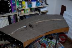 Základ natřen Duvilaxem a posypán přesetou hlínou. Možná, že to je i zbytečné, ale dělám to asi ze zvyku. Co kdyby někde prosvítala tráva, tak ať to není na lesknoucí se balakryl.