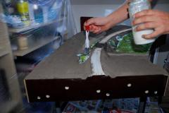 """Mezitím si připravím podklad pro nízké keře. Dělám tím něco jako kopřivy, ale je fakt, že mi došlo, že kopřivy nerostou zrovna na vyprahlém náspu. Ale to nevadí, změní finální barvu a kopřivy to nebudou  :) Jde o to, že to bude """"zelený"""" bordel, který roste všude. základ natřu hustým duvilaxem a nalepím mořskou houbu (Noch 08621)"""