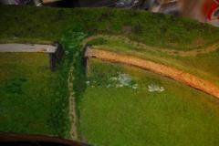 Dole u cesty pod mostem jsem udělal ještě jednu vrstvu floku tmavého. trochu zjemnit přechod mezi foliáží a flokem. Je na to použito směsi floku MN 004-22 a 004-23
