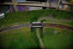 Zafixován most Duvilaxem a usazení kolejí. Na pár místech mezi pražce kápnut naředěný duvilax s troškou štěrku, aby to stihlo zaschnout Pražce na moste jsou přiraženy více k sobě tak, jako ve skutečnosti.