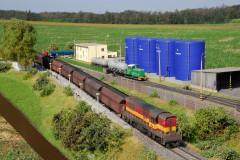 Po traťové koleji projíždí 770.022 s Pn vlakem.